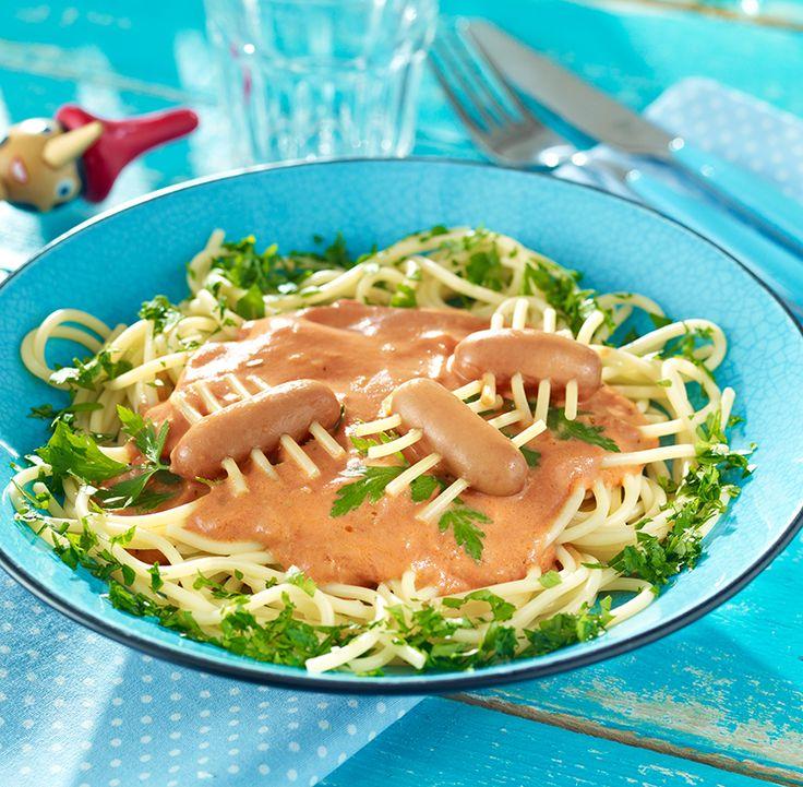 Spaghetti mit cremiger Tomatensoße und kleinen Spinnen aus Mini-Würstchen zum Kindergeburtstag