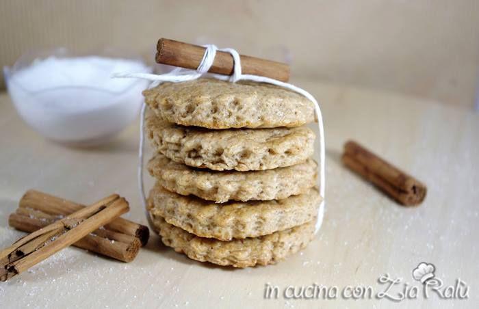 i biscotti aromatizzati alla cannella sono dei biscotti leggeri con poco zucchero e poco burro. Hanno un aroma di cannella che li rende gustosi