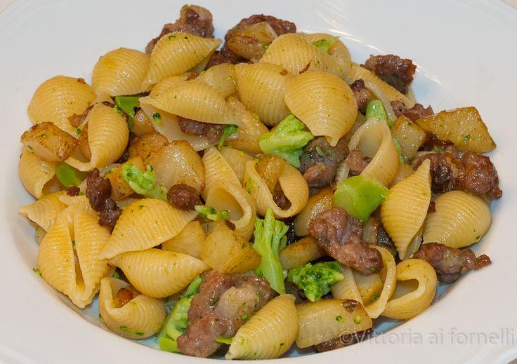 Pasta con salsiccia, patate e broccoli