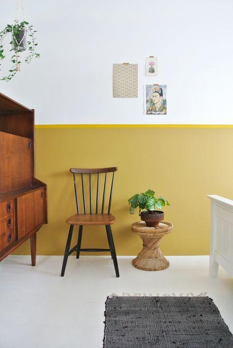 idee achter tv lambrisering painted wall ochre gold flexa