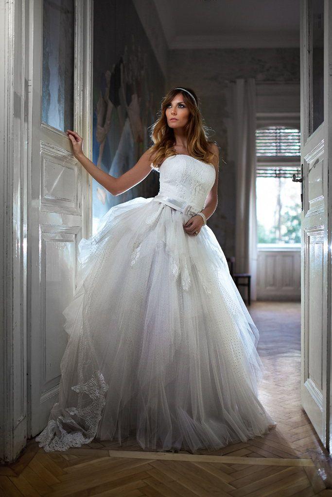 Elegáns egyedi esküvői ruhák.  http://belavarizita.hu/eskuvoi-ruha/eskuvoi-ruha-2015/