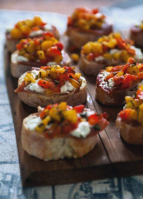 Bruschetta aux poivrons grillés, chèvre & proscuitto