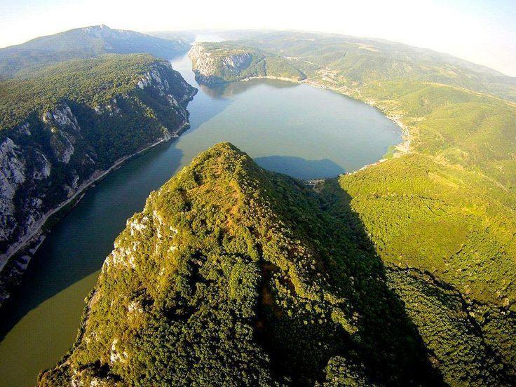 """GOLFUL DUBOVA DE PE CLISURA, APROAPE SUNT SI CAZANELE! Banatul Montan!   Notorietatea este pe deplin meritată, pentru că aici Dunărea """"fierbe"""" între pereţii abrupţi tăiaţi în calcar, fenomen care poate fi înţeles numai dacă turistul îl vede direct, din mijlocul apei. Deşi frumuseţea maiestuoasă a peisajului lasă în umbră orice încercare de a-l descrie în cuvinte, vom povesti călătoria pas cu pas."""