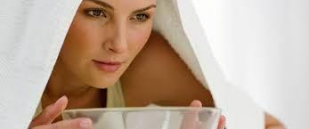 Comment faire une inhalation en cas de sinusite ? 1.Faites bouillir l'eau dans une casserole. 2.Versez l'eau chaude dans un inhalateur ou un bol. 3.Diluez 3 gouttes d'huile essentielle de lavande. 4. Ajoutez le jus d'un citron, une pincée de gros sel et de poivre, puis mélangez. 5.Mettez votre tête au-dessus, couvrez-vous d'une serviette et inhalez la vapeur pendant 10 minutes.