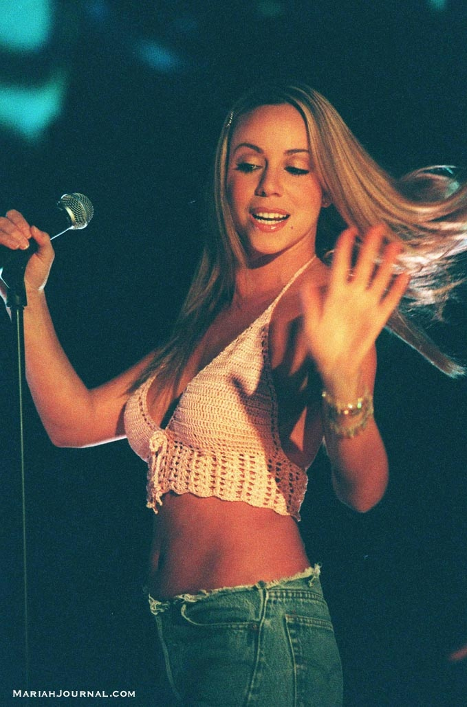 http://www.mariahjournal.com/picturegallery/1999/performances/totp_uk/7.jpg