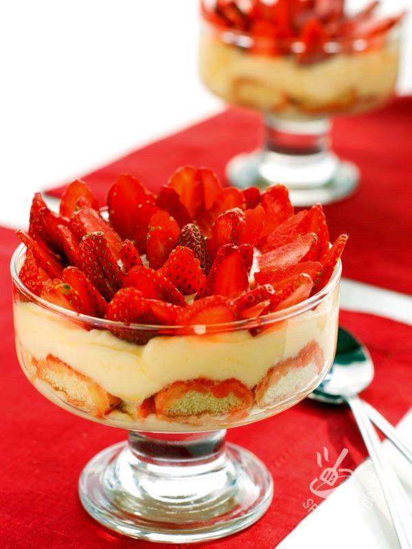 Cercate un dessert elegante, raffinato e scenografico? Provate la ricetta del Tiramisù alle fragole e limoncello: non rimarrete delusi!