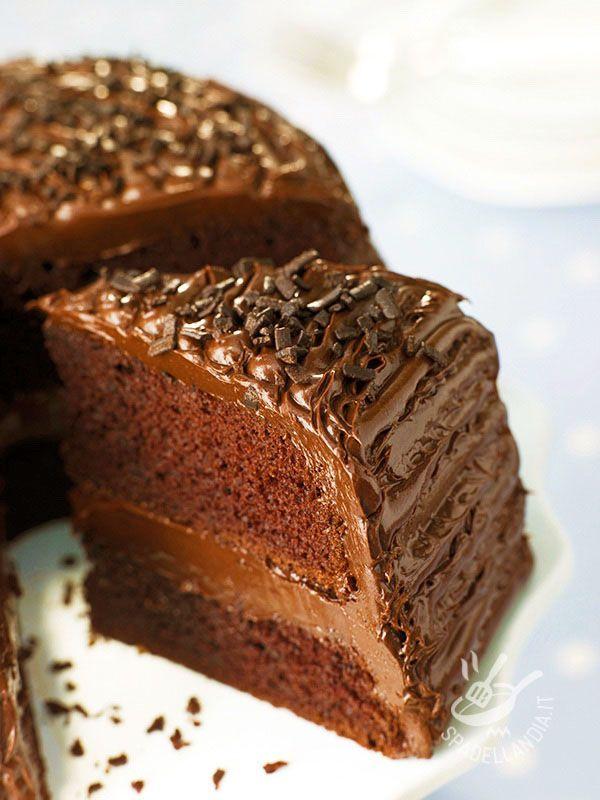 Whole chocolate cake - Siete pronti a fare un pieno di serotonina? La Torta tutto cioccolato è golosissima ed è il fiore all'occhiello della pasticceria del buonumore! #tortatuttocioccolato