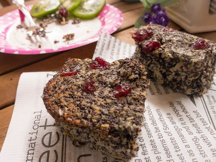 グルテンフリー♡ポピーシードリンゴケーキ       このケーキは欧米のモデルに人気です。麦粉ゼロ♪牛乳ゼロ♪砂糖ゼロ!ココナッツたっぷりでヘルシーです♫      材料 (24個分) ケシの実(グラウンド) 250g ココナッツパウダー 80g ベーキングソーダ 1袋 卵(L) 3個 リンゴorバナナ 2つ シナモンパウダー 小さじ半分 水 250cc クランベリー 飾り用