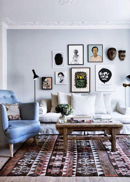 <p>Mörka färger, mjuka mattor, generöst med fluffiga kuddar, plädar, böcker och tavelväggar. Några exempel på detaljer som gör ditt vardagsrum mysigt i höst.</p>
