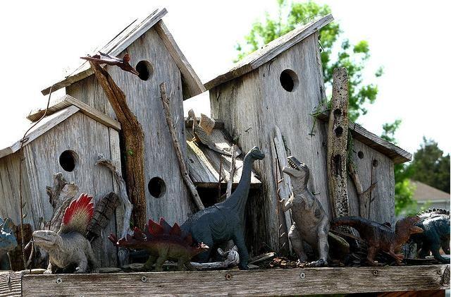 Birdhouses with dinosaurs!!: Creative Birdhouses, Birdhouses Pictures, Dinosaurs Guard, Birds House Plans, Crafts Tutorials, Coolest Birds, Birdhouses Ideas, Birds Housesbird, Housesbird Feeders