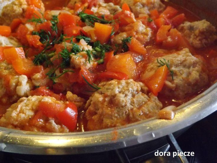 Pomysł na prosty i smaczny posiłek – pulpeciki w sosie węgierskim :). W pierwszej kolejności do miski dałam: pół kilo mięsa mielonego posiekaną drobno połowę cebuli 1 wyciśnięty ząbek czosnku…