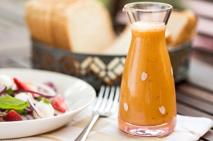 Herkullinen kesäsalaatti hedelmäisellä kastikkeella. Maukas resepti sijaitsee täällä: http://www.dansukker.fi/fi/reseptej%C3%A4/pient%C3%A4_hyv%C3%A4%C3%A4_-_lisukkeet/kes%C3%A4salaatti_ja_hedelm%C3%A4inen_salaattikastike.aspx