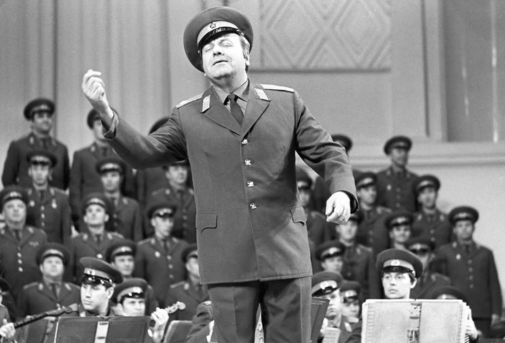 Este domingo decenas de los miembros del Conjunto A.V. Alexándrov, también conocido como el Coro del Ejército Rojo, fallecieron de forma trágica cuando un avión del Ministerio de Defensa ruso se estrelló en el mar Negro. El conjunto incluye músicos y bailarines, pero a bordo solo se encontraban los 64 integrantes de la parte vocal. El coro, considerado uno de los mejores colectivos de voces masculinas del mundo, quedará en el recuerdo de todos eternamente.