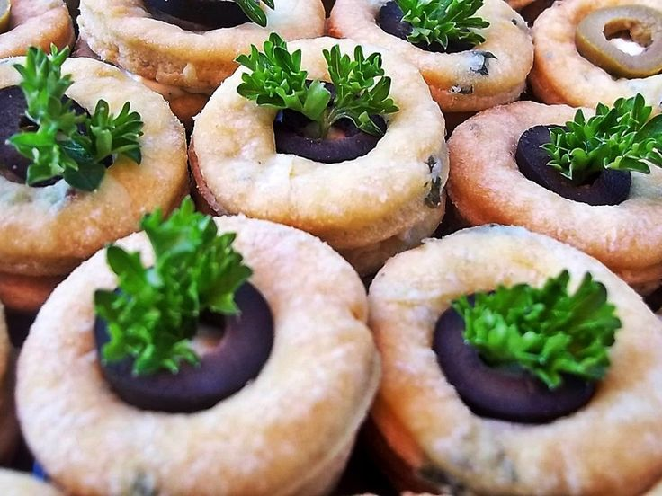 Słone ciasteczka z serkiem topionym i oliwkami