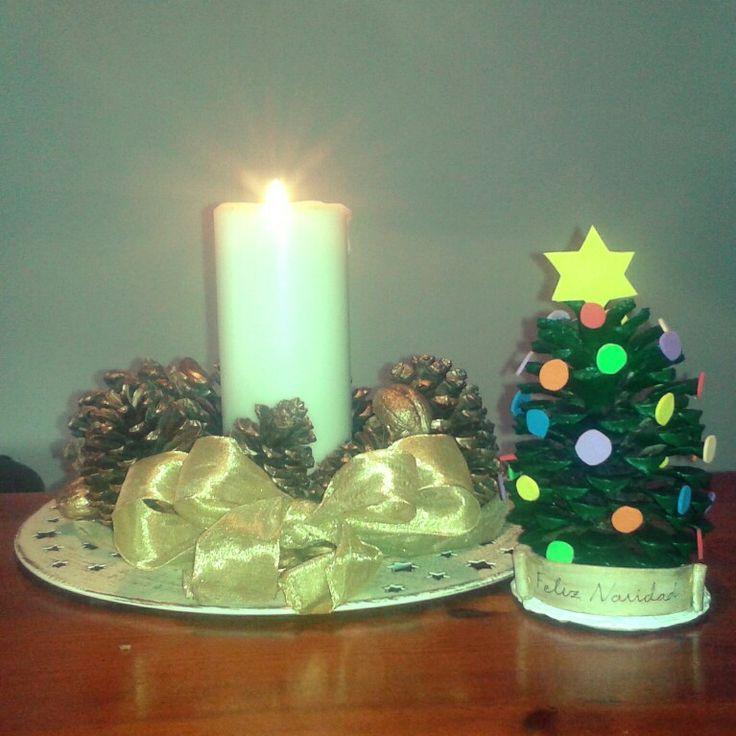 Centro y adorno de Navidad con piñas.