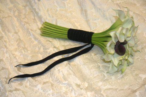Brudebuket med hvide Calla og en enkelt sort. (Charlotte)