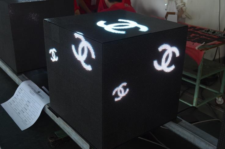 샤넬 매장에 설치될 cube 모양의 고해상도 full color LED 디스플레이 [Case by Yaham]