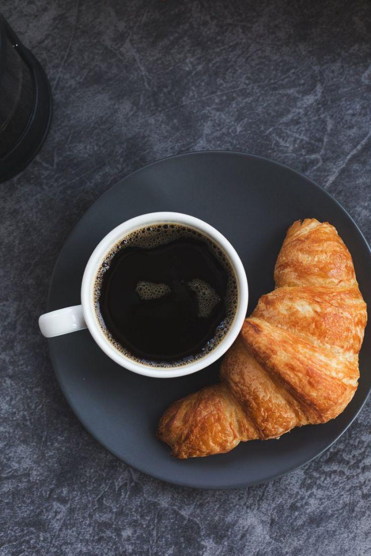 фото кофе с круассанами