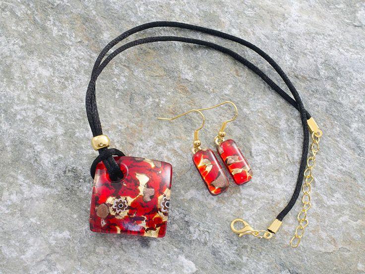 Parure in vetro di Murano con pendente rombo bombato ed orecchini rettangolari.   Colore rosso fuoco con murrine, su base foglia d'oro.
