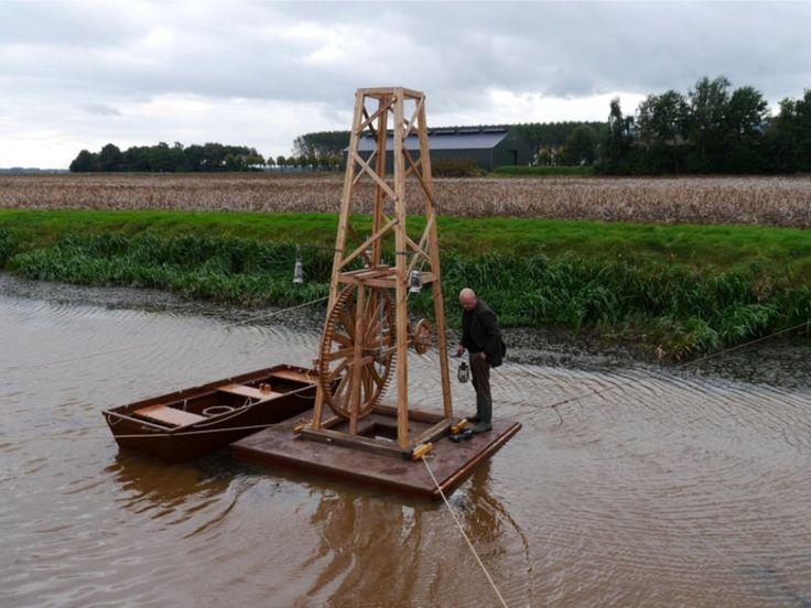 Na verschillende verkenningen en boringen op het land van Tweede Exloërmond wordt de toren van Boerstra Engineering op het water geplaatst.
