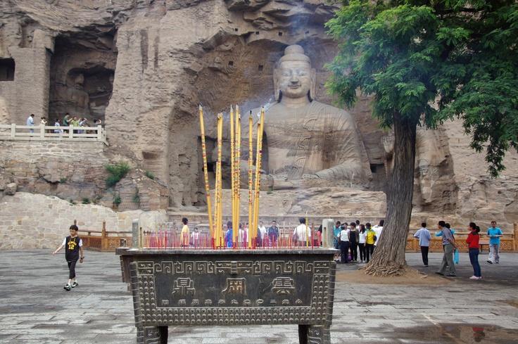 Vele Chinezen steken wierook aan op een offertafel, Yungang grotten , Datong, China