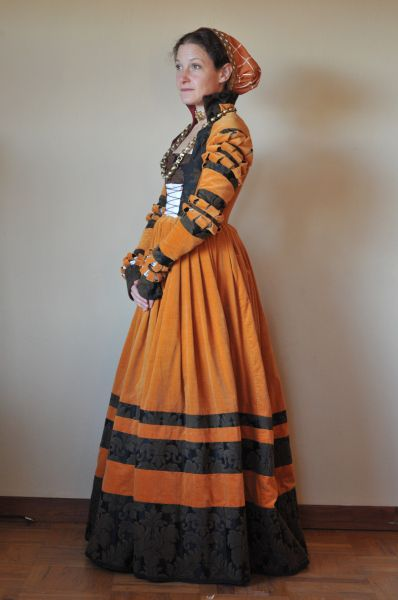 ::Cranagh (Saxon) gown with accessories; common German dress for a noblewoman; common in Romanian nobility to show wealth, fashion::