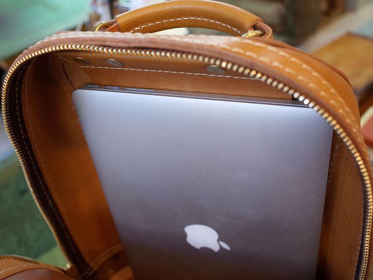 革の曲線美はカブトムシのシルエットを連想させるデザイン。厚い革と柔らかい革をバランスよく使い、立体的なフォルムを形成しています。A4ファイルや13インチノートパソコンも収納出来るので、ビジネスリュックとしても使える大人のランドセルです。