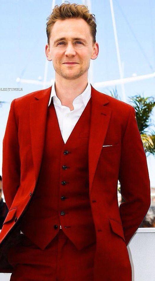 El rojo le luce, todos los colores le lucen, tan guapo!!!