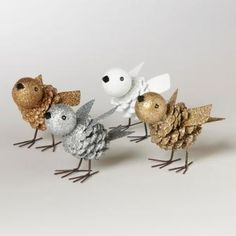 Поделки из шишек всегда смотрятся оригинально. Попробуйте вместе с ребенком сделать милых птичек из сосновых шишек своими руками. Смотрите фото мастер-класса и повторяйте