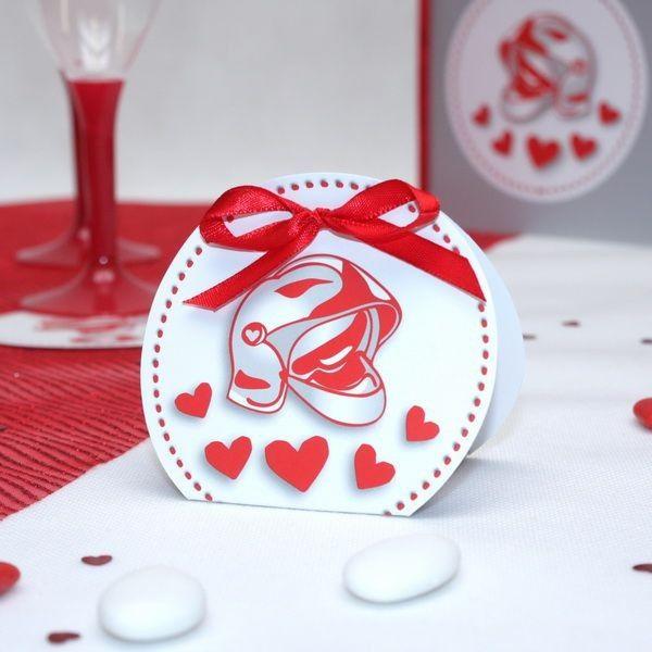 Un contenant à dragées sélectionné par Dragées Anahita pour célébrer comme il se doit le mariage de pompiers. Un thème et glamour avec des petits coeurs rouges et l'incontournable symbole des pompiers : le casque.