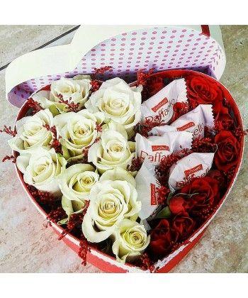 Aranjament inima cu trandafiri si raffaello