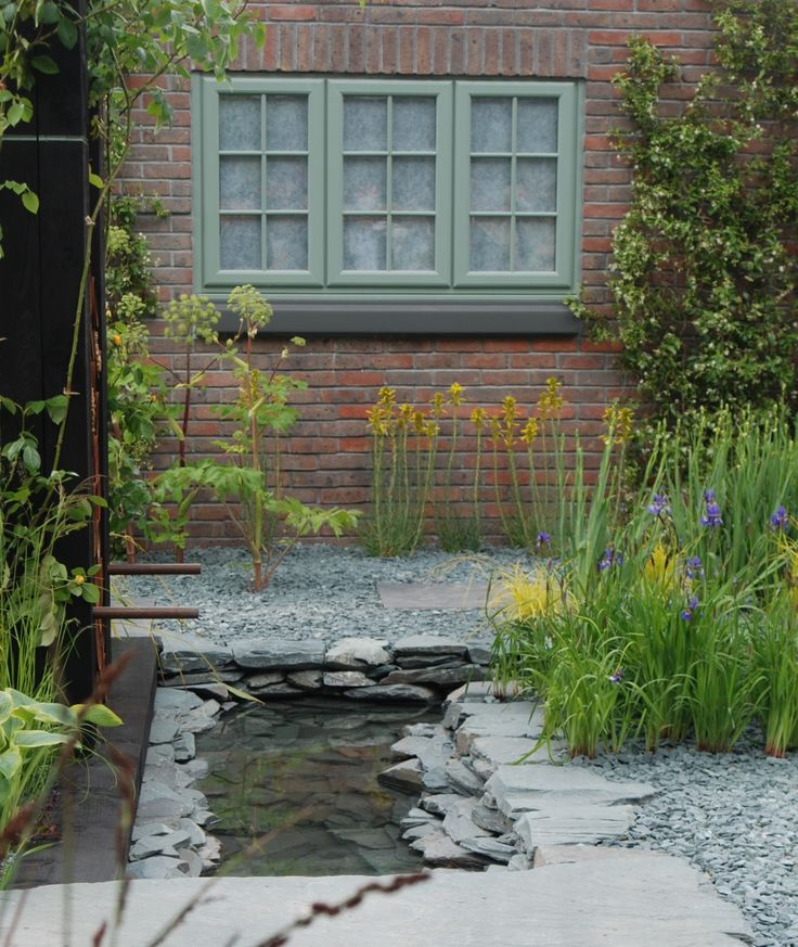 http://www.stonewarehouse.co.uk/slate-paddlestones/slate-chippings-gravel-mulch/blue-slate-paddlestones