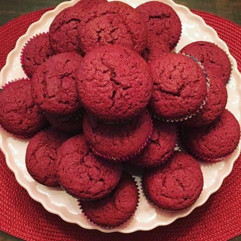 Hoy para merendar proponemos estas magdalenas que son de lo mas peculiares. Están inspiradas en la Red Velvet cake. En muchos sitios encont...