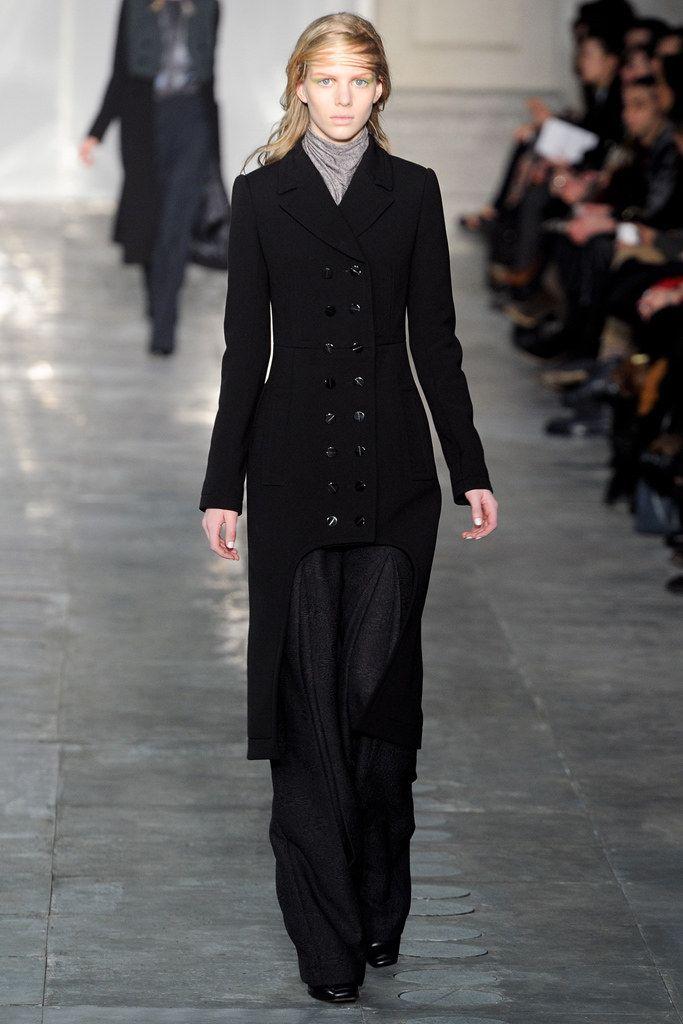 Een ontwerp van Peter Pilotto en Christopher de Vos geïnspireerd op de redingote voor de Fall 2011 Ready-to-Wear collectie | Peter Pilotto | 2011