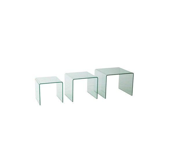 L'utilizzo del vetro trattato con estrema elasticità, come un materiale plastico, per Fiam Italia è una consuetudine. Questo materiale è una star nel mondo del design con la creazione di pezzi di arredamento sorprendentemente solidi e trasparenti che sfidano le mode e le tendenze. Della serie Tris Rialto fanno parte tre tavoli bassi, o comodini, in vetro curvato da 10 mm. Portata sul piano 100 Kg