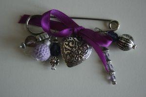 Violet broche