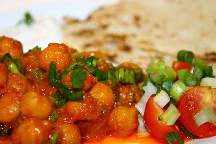 Ricetta originale per cucinare i ceci, aromatizzati con le spezie tipiche della cucina indiana, come il curry, la curcuma, il coriandolo e il cumino; da servire con pane o riso.