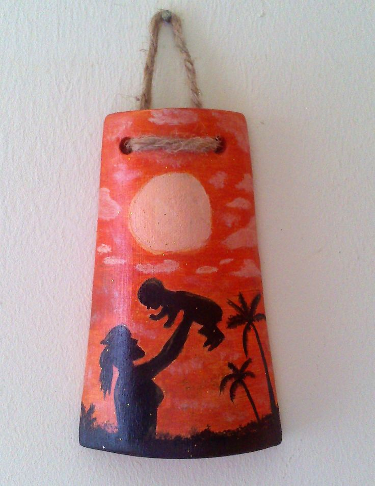 Tegola in terracotta molto carina dipinta a mano con colori acrilici rappresentante una madre che gioca col figlio davanti un tramonto.  Con una finitura lucida  MISURA 13 × 9 centimetri