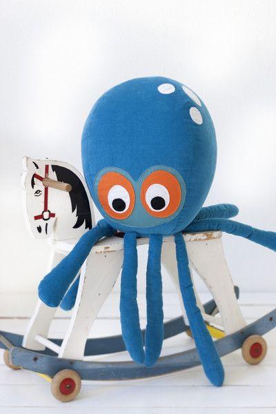 My newest crush    Octopus Cushion    www.perfectlysmitten.com