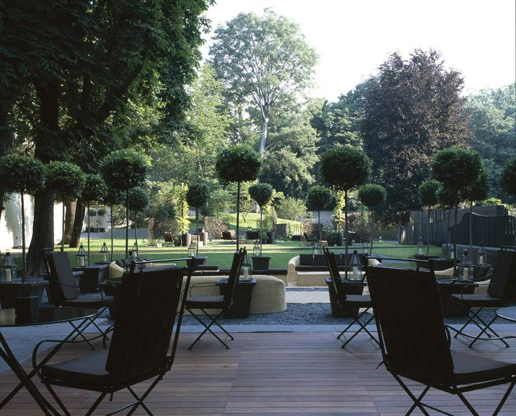 Il Giardino  The garden is the living heart of the Bulgari Hotel, and the best place to enjoy a drink or to simply sit back and relax, immersed in the fragrances of flowers and plants, an authentic oasis in the bustling center of Milan. Weather permitting, guests are free to take any or all of their meals in the garden, be it a Bulgari breakfast or an American breakfast, a Sunday brunch or a quick light lunch, or, on the right night, a luxurious gourmet dinner.