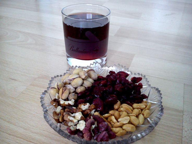 magvas nassolnivaló és vörösbor