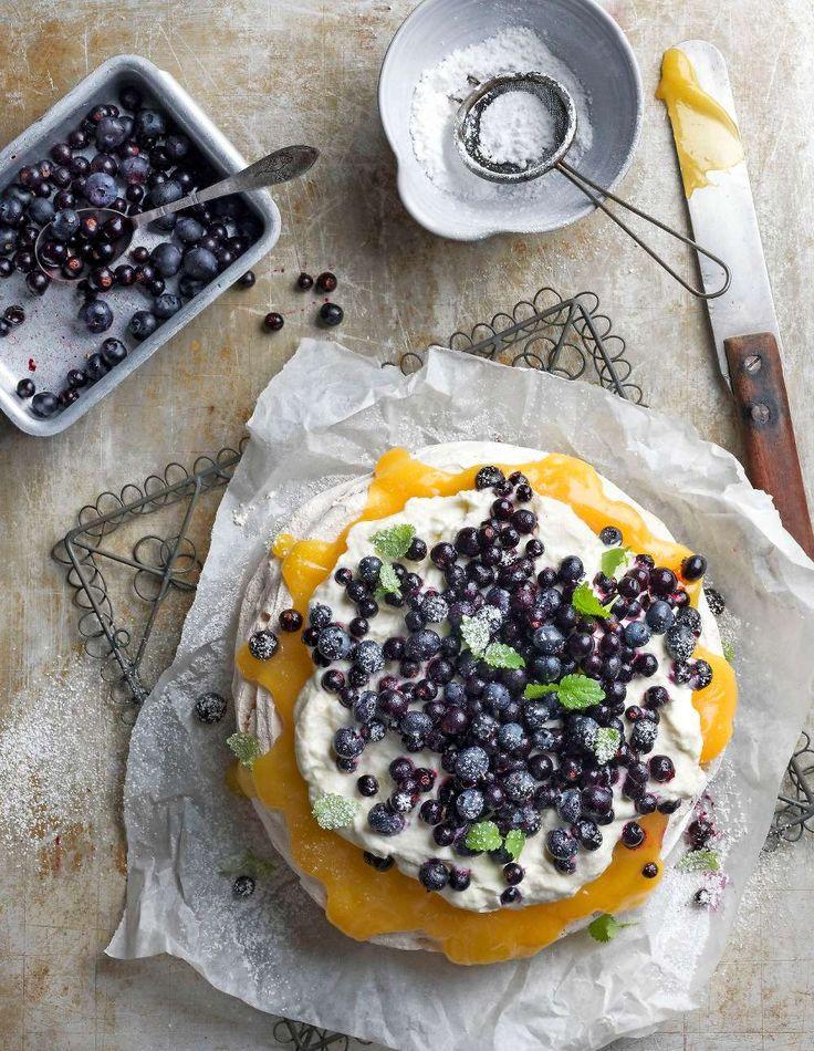 Sommarens godaste dessert är pavlovan med brynt citronkräm och nyplockade bär