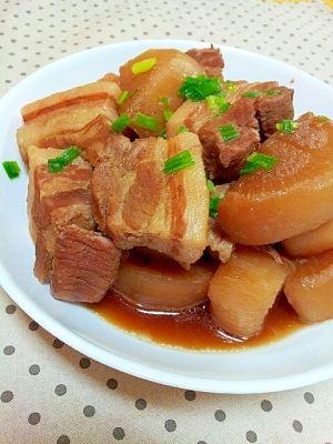 「柔らかくて失敗なし♪簡単✿豚バラと大根の煮物❤」調味料は各ご家庭にだいたいあるもので、作り方も簡単♪ひとつの鍋で作ります☆一度、豚バラと大根を茹でてから煮込むので、柔らかく味が浸み込んで美味しいです♪【楽天レシピ】