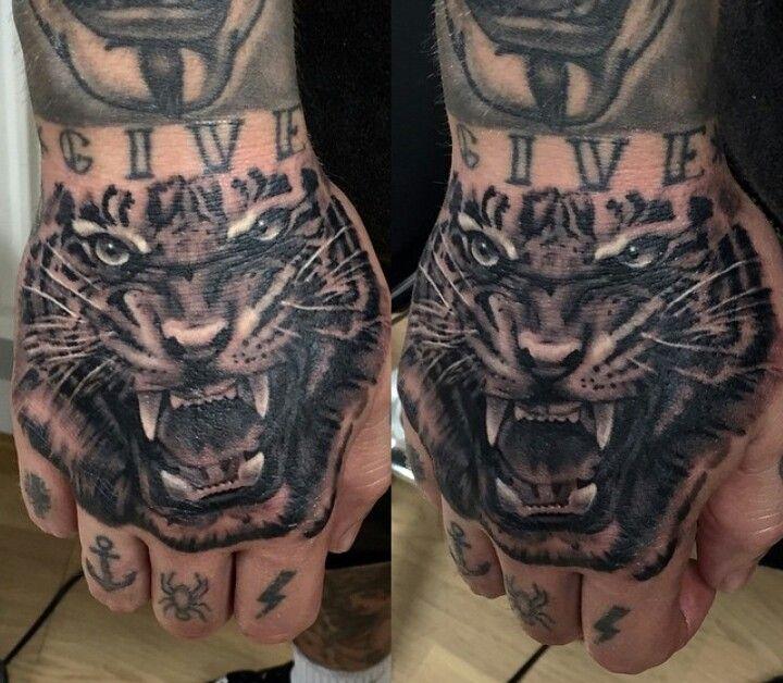 die besten 25 lion hand tattoo men ideen auf pinterest. Black Bedroom Furniture Sets. Home Design Ideas