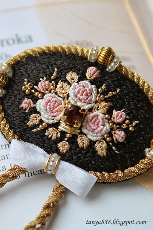 Миниатюрная вышивка цветов, обрамленная золотом. Напоминает винтажные броши с розами, но из винтажного тут только черные шелковые ни...