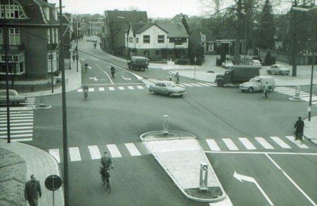 Het kruispunt Utrechtseweg/Bergstraat/Vlasakkerweg, gezien vanuit het gebouw van…