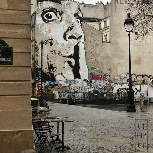 Ho conservato questa foto per un anno intero senza farla vedere. Nessuno rivivrà quella mia particolare sensazione e questo mi disturba. Forse sono gelosa come la madre per un figlio che sa già che non verrà apprezzato dal resto del mondo per come lo conosce lei.  #shot #paris #parigi #urban #travel #street #murales #artigianato #instalike #instalife #streetart #l4l #like4like #likeforlike