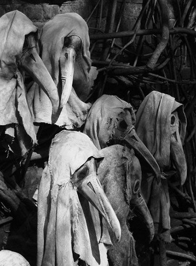 OLD MYSTERIOUS PHOTOS THAT WILL HAUNT YOUR DREAMS  I do believe these are we'd masks from the bubonic plague era lol