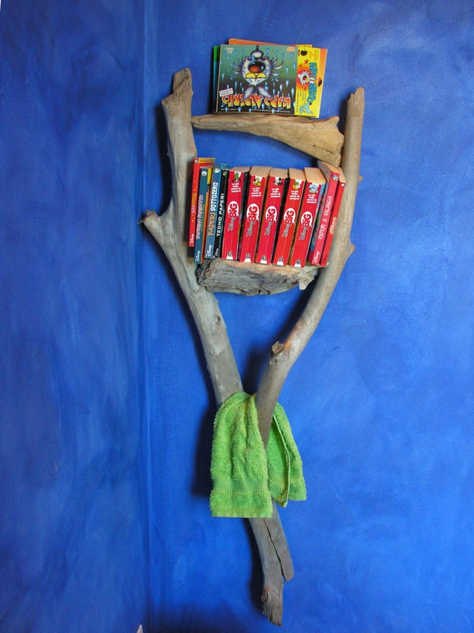 libreria da bagno e portasciugamani bathroom library books and towel rack