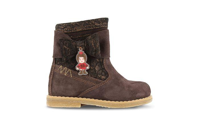 Ook dit seizoen loopt jouw dochter er trendy bij op deze korte laarsjes van Red Rag, 15250. De laarzen zijn gemaakt van suède waardoor de kwaliteit top is. Leuk detail bij dit laarsje is de strik aan de zijkant van de schacht. Deze bruine variant is makkelijk te combineren met al haar lievelingsbroeken en jurkjes. Het voetbed is uitneembaar.